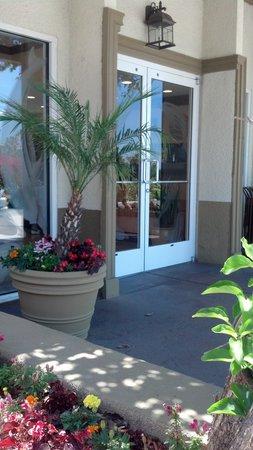 Portofino Inn San Diego Hotel Circle: Front entrance