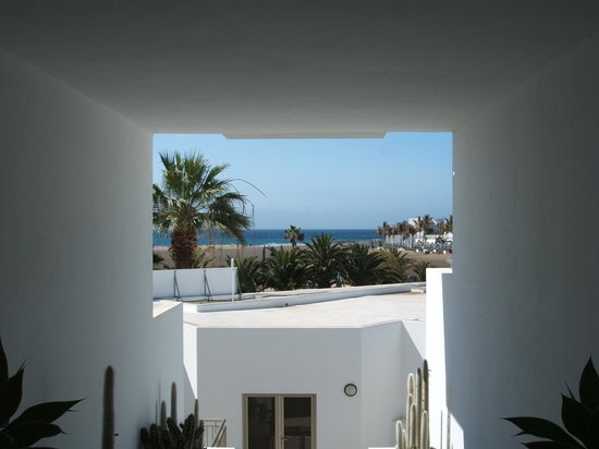 Hotel Lanzarote Village : walking down to the beach