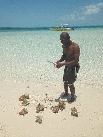Coastline Adventures Exuma: Bob prépare la salade de conques
