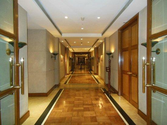 Crowne Plaza Kathmandu-Soaltee: Halls are sleek and modern