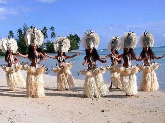 Tiki Village Cultural Centre: Tiki Village dancers on the beach - les danseuses du Tiki Village sur la plage