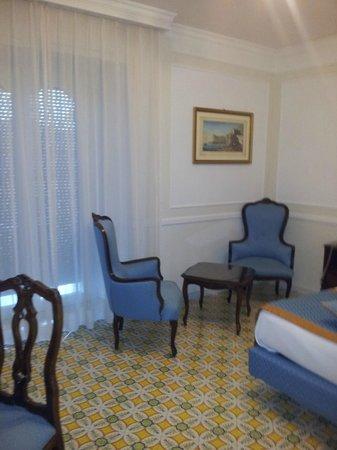 Grand Hotel Capodimonte: Living de la habitación