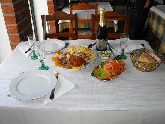 Cantarinho: mesa composta de leitão e espumante da região