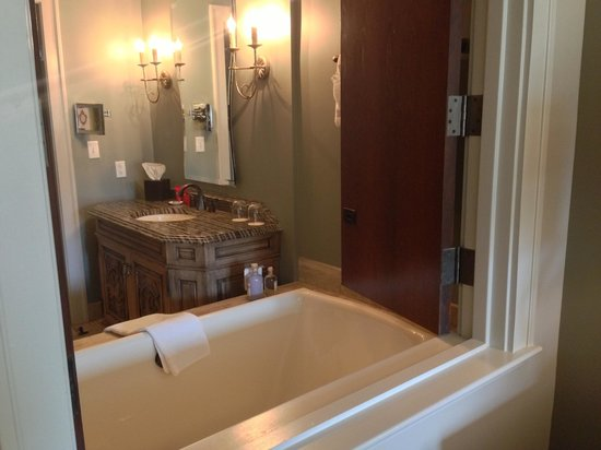 Grand Bohemian Hotel Asheville, Autograph Collection: Standard king room bathroom (main building)