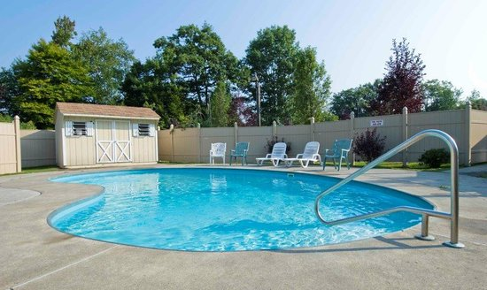 Baymont Inn & Suites West Lebanon: The Outdoor Pool