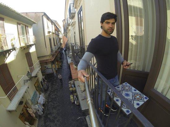 Maison Tofani: Veja a vista da rua do meu quarto.
