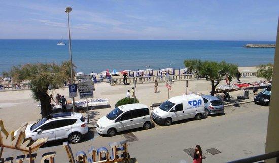 Hotel Riva del Sole : La plage devant l'hôtel
