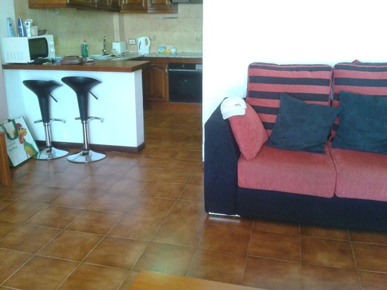 Paloma Beach Apartments: Furniture quite modern in the lound area