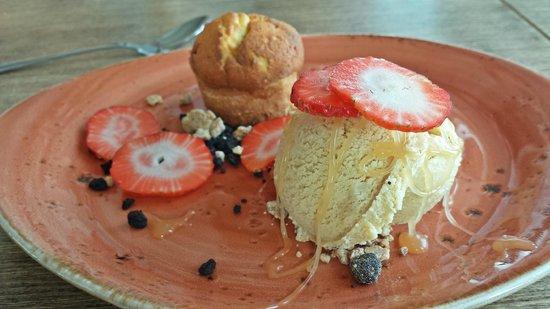 Strikid: Almond cake with ice cream