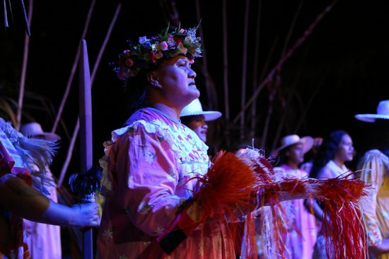 Tiki Village Cultural Centre: Story teller during the show -