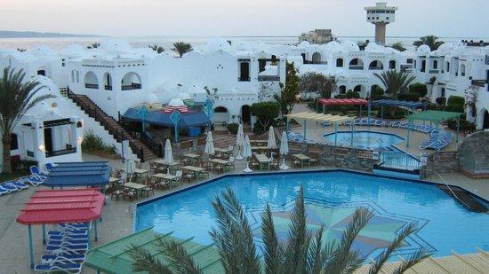 Arabella Azur Resort: Вид на малый бассейн и бар у бассейна.