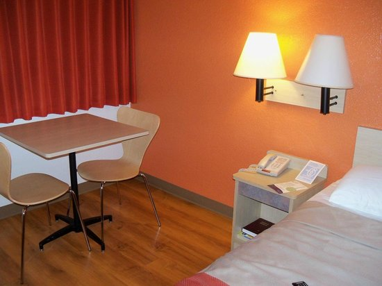 Motel 6 Portland South - Lake Oswego /Tigard: sort of dorm style furniture, but clean and sleek