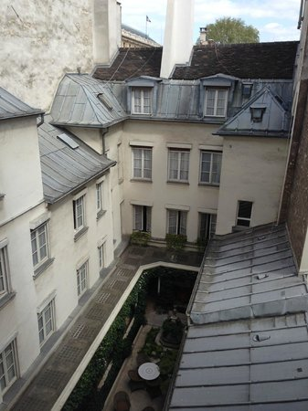 Hotel d'Angleterre, Saint Germain des Pres : View over the courtyard from our room