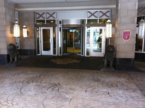 Hotel Palace Royal: Outside entrance to hotel