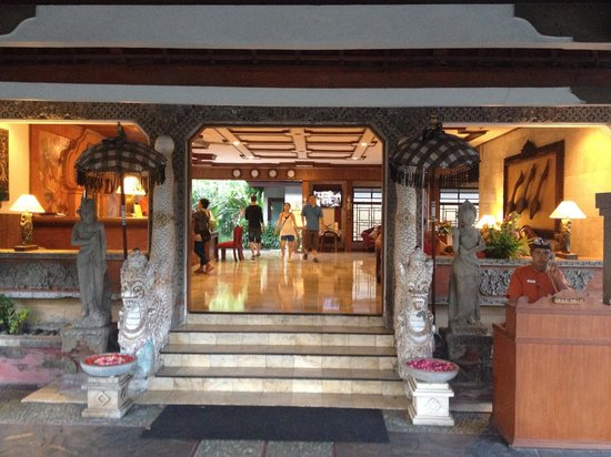 Rama Beach Resort and Villas: Front lobby area