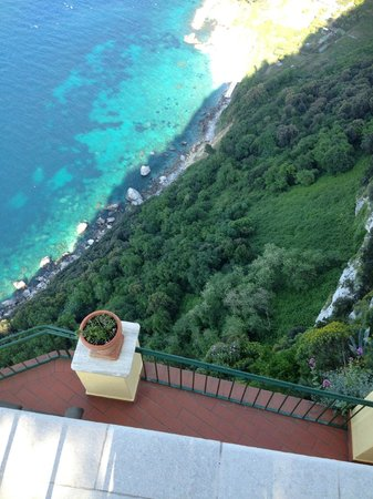Caesar Augustus Hotel : Long way down (300 metres +) to the sea