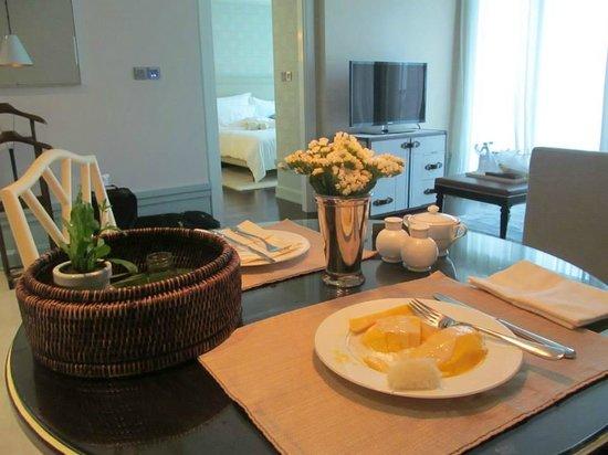 Oriental Residence Bangkok: Table in Room