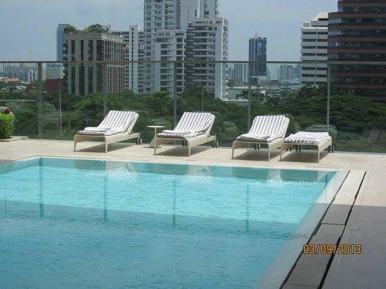 Oriental Residence Bangkok: lounge chairs at pool