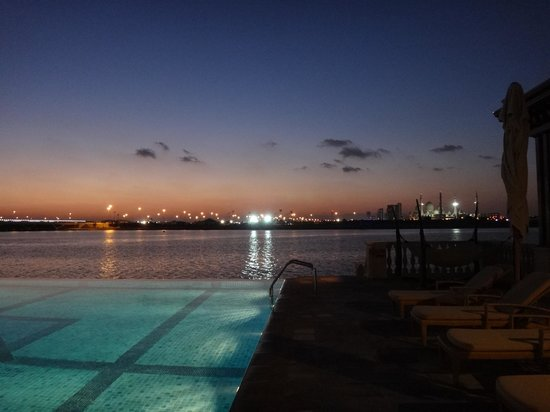 Shangri-La Hotel, Qaryat Al Beri, Abu Dhabi: pool at night