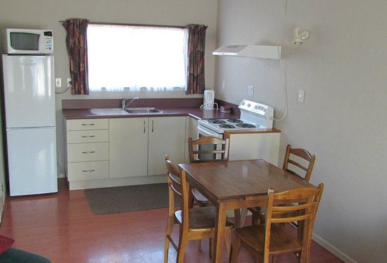 Riverbend Family Lodge : Kitchen dining area in the cottages