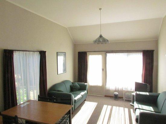 Riverbend Family Lodge : Lounge Room Ngaruroro Cottage