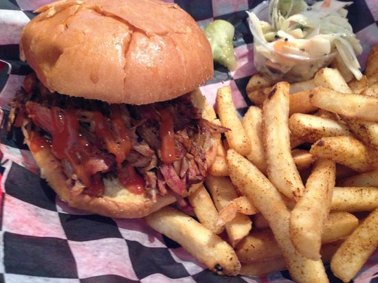 The Halligan Bar and Grill: fantastic barbeque!