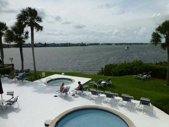 Charter Club Resort of Naples Bay: Pool