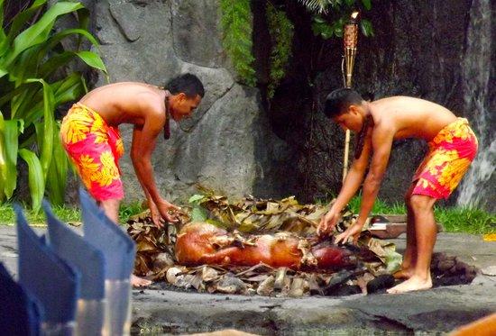 Polynesian Cultural Center : roasted pig