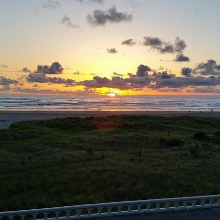 Hi-Tide Oceanfront Inn: View of the sunset from our room!
