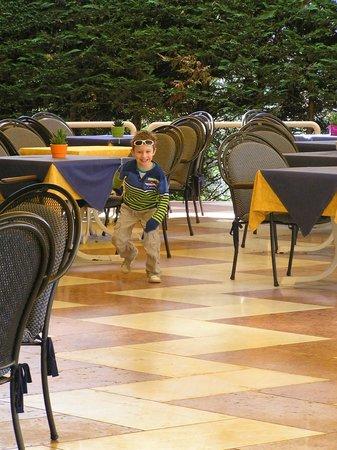 Hotel du Lac et Bellevue: zwischen Frühstück und Mittagessen stört das fetzen auch keine anderen Gäste, weil noch keiner d