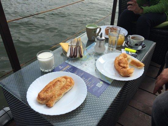 San Art Floating Hostel: Breakfast on the terrace