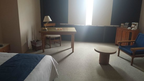 Mision Guadalajara Carlton: Bed room, desk area.