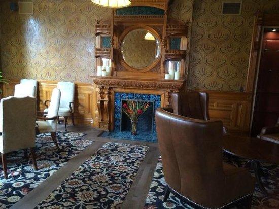 Idlewyld Inn & Spa : Gorgeous fireplace
