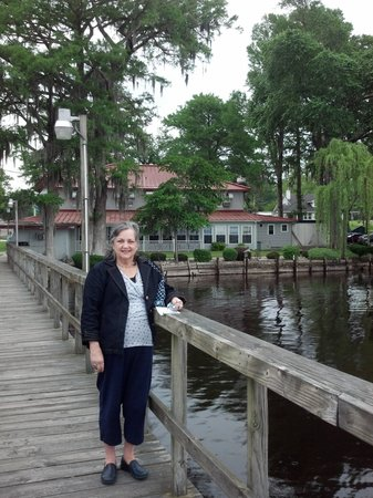 Lake Waccamaw, NC: Lakeside setting of Dale's Seafood