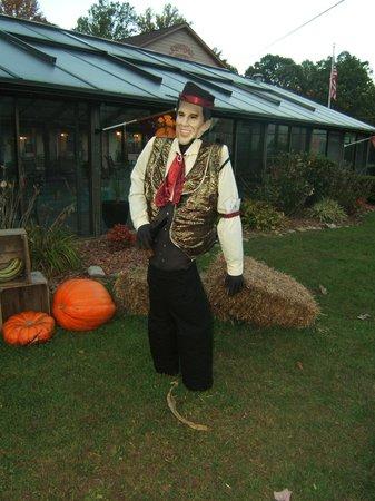 Jonathan Creek Inn and Villas: SEASONAL DECORATIONS NEAR FRONT OF MOTEL