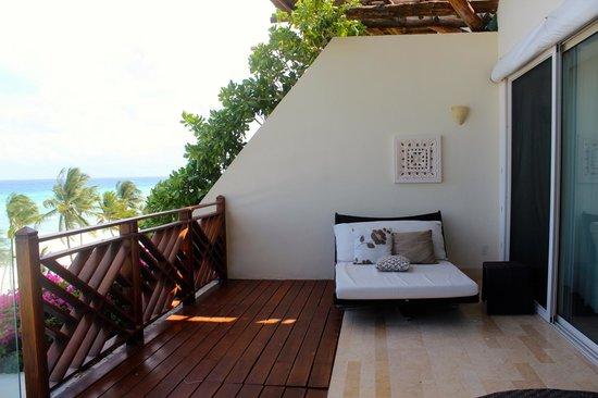 Grand Velas Riviera Maya: Lounge area on balcony