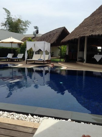 Navutu Dreams Resort & Wellness Retreat : Lounging by the pool. Looking at poolside bar/dining.