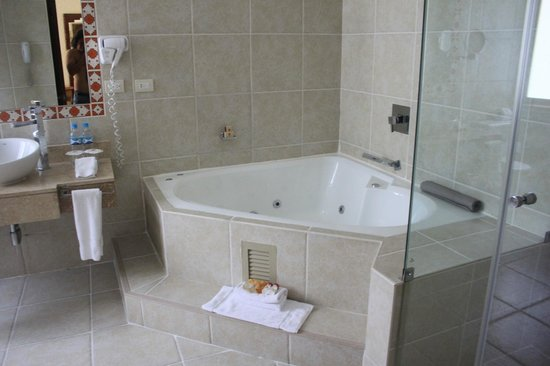SUMAQ Machu Picchu Hotel: Jacuzzi, imprescindible para disfrutar de una gran baño.