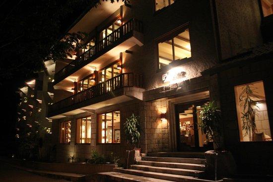 SUMAQ Machu Picchu Hotel: Vista del Hotel de noche, espléndido hotel.
