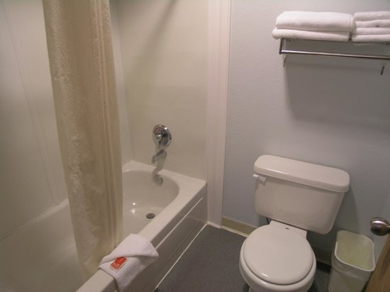 Econo Lodge Sequim: Bathroom
