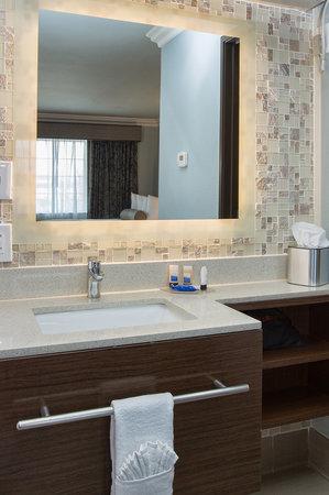 Best Western Santa Clara University Inn : Vanity in room with 2 beds