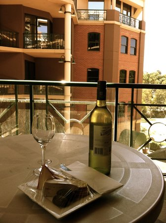 Amora Hotel Riverwalk Melbourne : Cheese platter and wine on the balcony