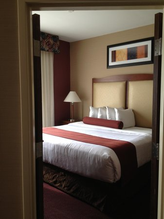 BEST WESTERN PLUS Hannaford Inn & Suites: Separate bedroom with king bed.