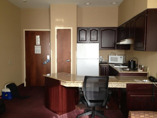 Best Western Plus Hannaford Inn & Suites: Kitchenette area
