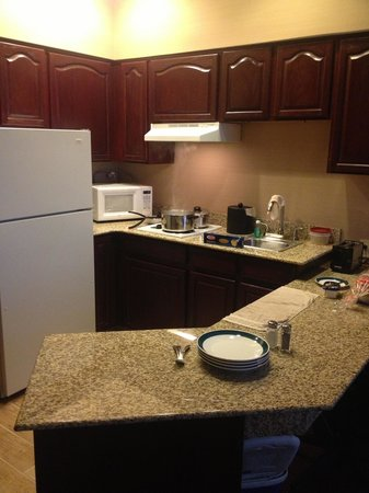 BEST WESTERN PLUS Hannaford Inn & Suites: Dinner time, kitchenette equipped with plates and pots etc
