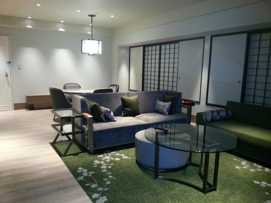 Hilton Osaka : リビングダイニング
