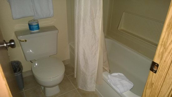 Oxford Inn Silverdale: The bathroom is tight, but the shower had the best high volume water flow I've seen at a hotel i