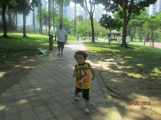 Traders Hotel, Kuala Lumpur : this is the park that walking through connects the hotel with the towers shopping mall