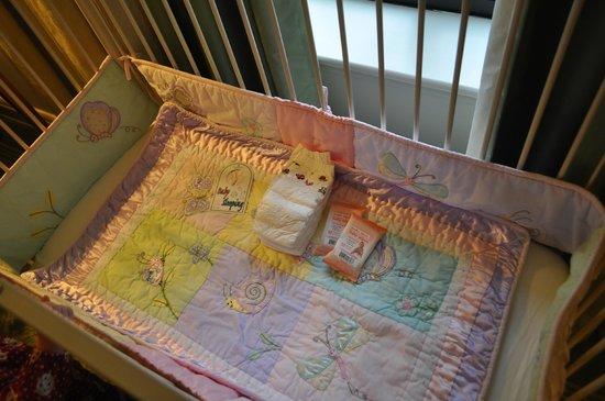 Four Seasons Hotel Washington, DC : Beautiful crib bedding