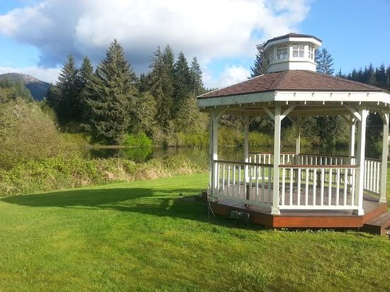 Quinault River Inn: Gazebo view